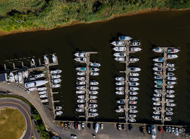 Luftaufnahme des yachthafens im pier-schnellboot
