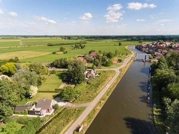 Luftaufnahme des zederik-kanals in der nähe des arkel-dorfes in den niederlanden