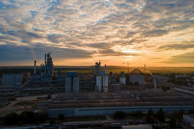 Luftaufnahme des zementwerksturms mit hoher betonwerksstruktur im industriellen produktionsbereich. herstellung und globales industriekonzept.