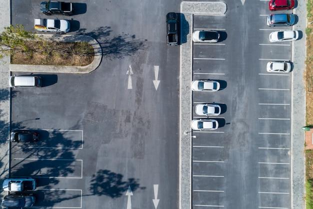 Luftaufnahme drohnenaufnahme des parkplatzes im freien fahrzeuge im park