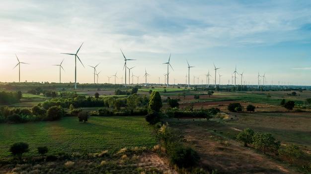 Luftaufnahme durch drohne, auf der natürlichen energie der windkraftanlage von moutain