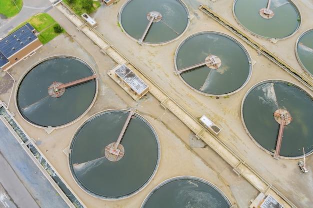 Luftaufnahme einer abwasserreinigungsanlage einer industriellen kläranlage