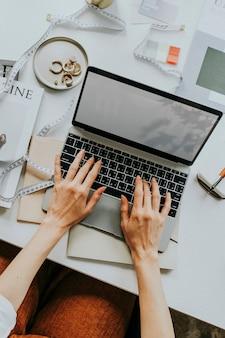 Luftaufnahme einer frau mit einem computer-laptop an einem tischarbeitsplatz