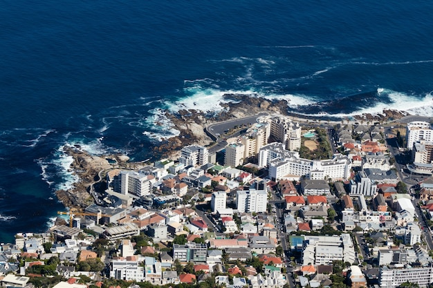 Luftaufnahme einer geschäftigen stadt am ozeanufer