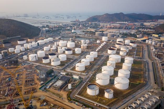Luftaufnahme einer industriellen und petrochemischen ölraffinerie öl- und gastanks mit pipelines auf der werksfabrik anlagen im industriegebiet