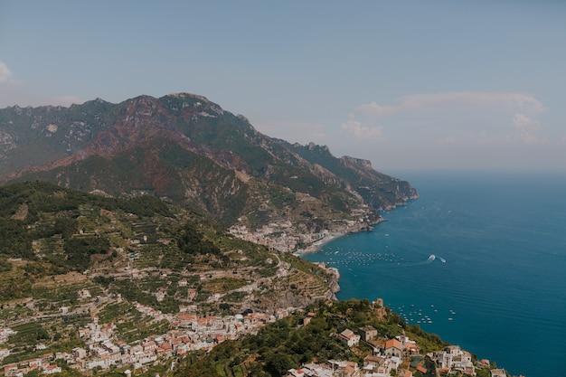 Luftaufnahme einer landschaft mit gebäuden an der küste des meeres in italien