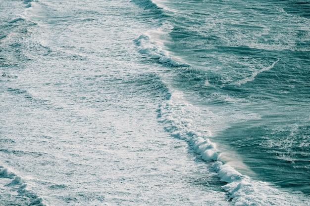 Luftaufnahme einer massiven welle, die in der mitte des ozeans abstürzt
