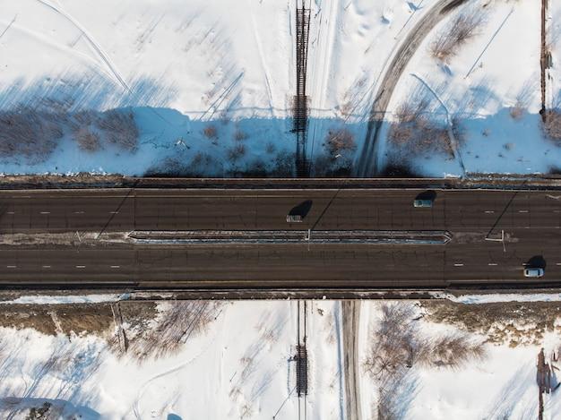 Luftaufnahme einer straße in der winterlandschaft