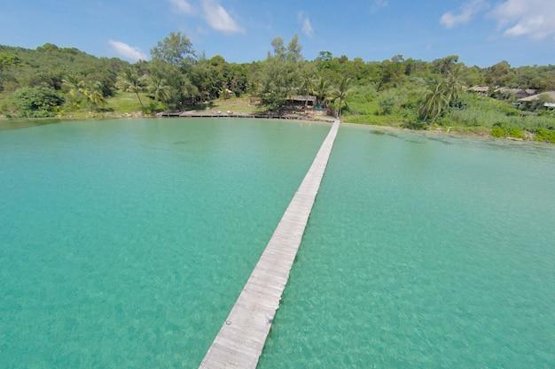 Luftaufnahme einer tropischen insel im türkisfarbenen wasser. luxuriöse überwasser-villen auf tropischen kood-insel, für urlaub urlaub hintergrund-konzept -boost up farbe verarbeitung.
