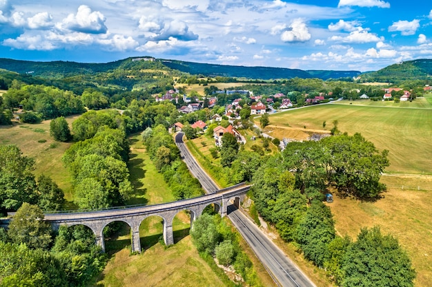 Luftaufnahme eines alten eisenbahnviadukts in cleron, einem dorf im département doubs in frankreich