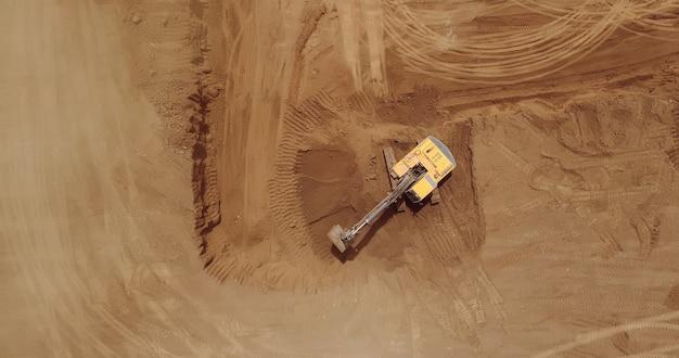 Luftaufnahme eines baggers, raupenbagger bei der arbeit an einer konstruktion.