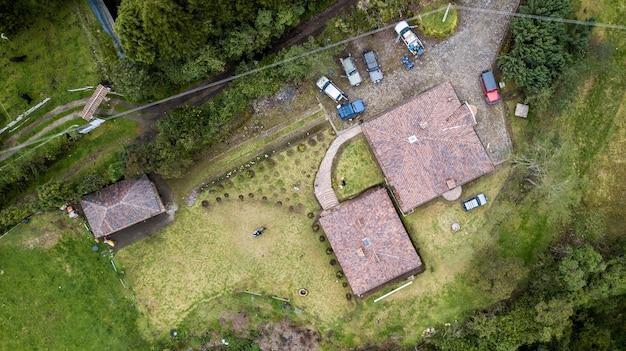 Luftaufnahme eines daches eines gebäudes mit autos und grünen pflanzen