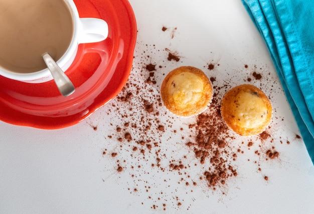 Luftaufnahme eines frühstücks zum start in den tag direkt im büro