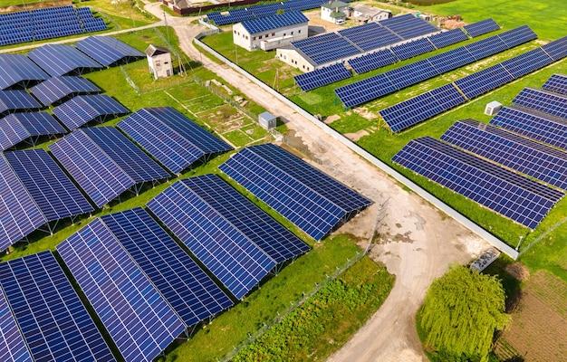 Luftaufnahme eines großen nachhaltigen kraftwerks mit reihen von photovoltaik-solarzellen zur erzeugung sauberer ökologischer elektrischer energie. erneuerbarer strom mit null-emissions-konzept.