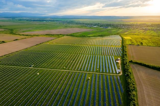 Luftaufnahme eines großen nachhaltigen kraftwerks mit vielen reihen von photovoltaik-solarzellen