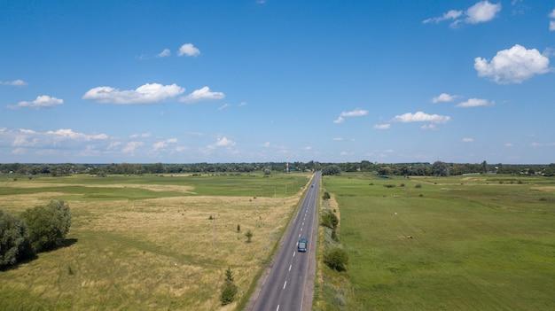 Luftaufnahme eines hauses in den hügeln einer szenischen landschaft an einem sonnigen tag
