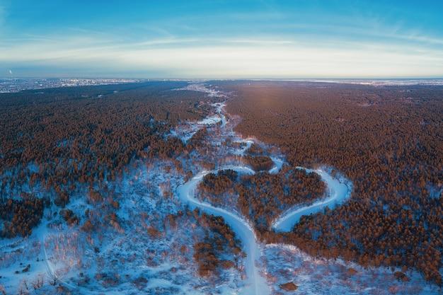 Luftaufnahme eines herzförmigen winterwaldes