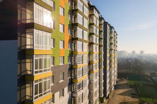 Luftaufnahme eines hohen wohnhauses mit vielen fenstern und balkonen.