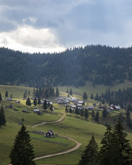 Luftaufnahme eines kleinen dorfes in einer erstaunlichen berglandschaft in siebenbürgen, rumänien