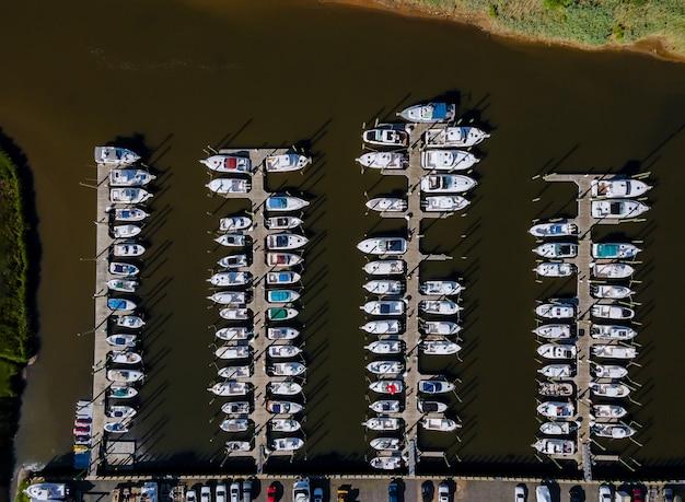 Luftaufnahme eines küstenwohngebiets des schönen yachthafens in strandbootpfeilern