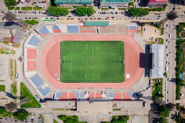 Luftaufnahme eines modernen stadions mit einer grünen wiese für fußball