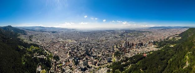 Luftaufnahme eines panoramablicks auf die stadt bogota am nachmittag.