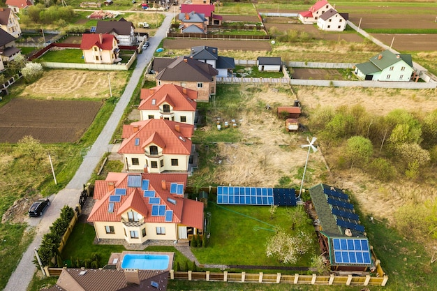 Luftaufnahme eines privathauses mit grünem gras bedeckten hof, sonnenkollektoren auf dach