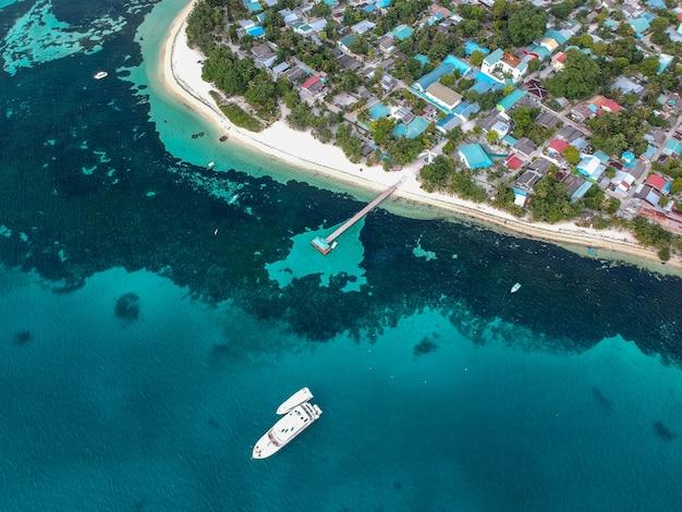 Luftaufnahme eines schiffes, das den hafen verlässt