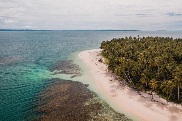 Luftaufnahme eines schönen tropischen strandes mit weißem sand und türkisfarbenem klarem wasser in indonesien