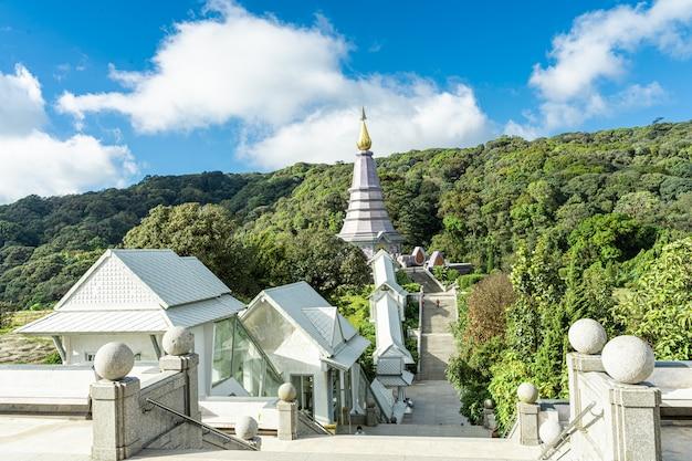 Luftaufnahme eines tempels von über der treppe in nordthailand