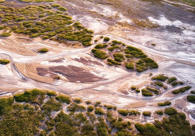Luftaufnahme eines trockenen flussbettes. konzept - klimawandel, flusstrocknung, globale erwärmung