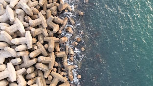 Luftaufnahme eines wellenbrechers. wellenbrecher im meer, eine sammlung von betonbrechern
