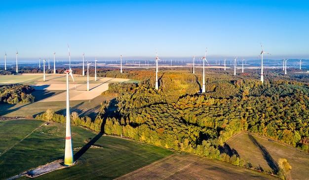 Luftaufnahme eines windparks in rheinland-pfalz, deutschland