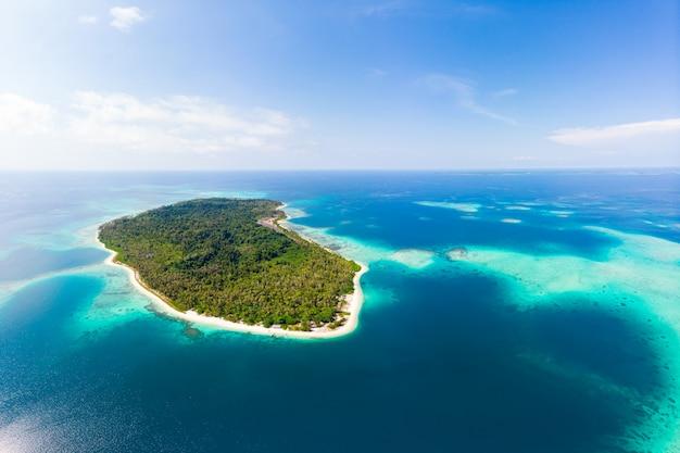 Luftaufnahme: exotische tropische insel abgelegenes ziel abseits von allem, korallenriff karibik meer türkis wasser weißer sandstrand. indonesien sumatra banyak inseln