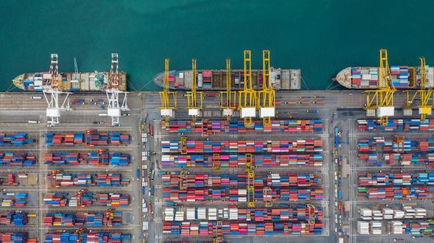 Luftaufnahme-frachtschiffanschluß, kran des frachtschiffanschlußes entladend, industriehafen der luftaufnahme mit behältern.