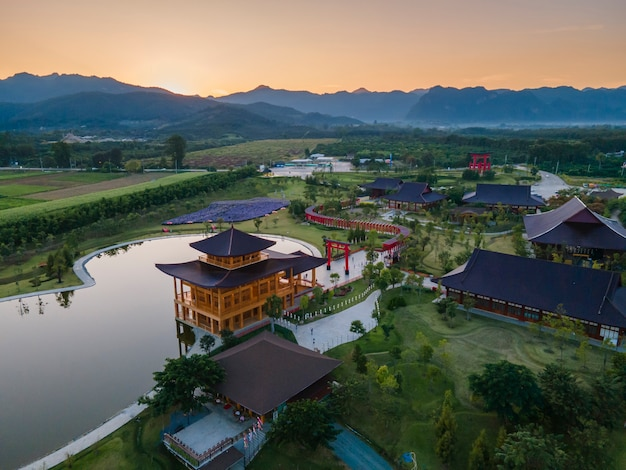 Luftaufnahme hinoki land gebäude (bann mai hom hinoki) japanischer baustil in chiang mai thailand es ist eine neue touristenattraktion in chiang mai erstaunliches thailand.
