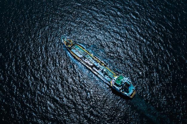 Luftaufnahme internationales öl und gas mit erdöltransportschifflieferungsgeschäftsdienstleistungen seeschrecken