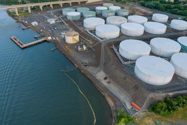 Luftaufnahme nahaufnahme industrielle ansicht in der ölraffinerieanlage bilden industriezone mit öltank