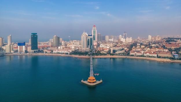 Luftaufnahme qingdao bay stadtarchitektur landschaft skyline panorama