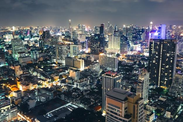 Luftaufnahme schön von den im stadtzentrum gelegenen skylinen der bangkok-stadt