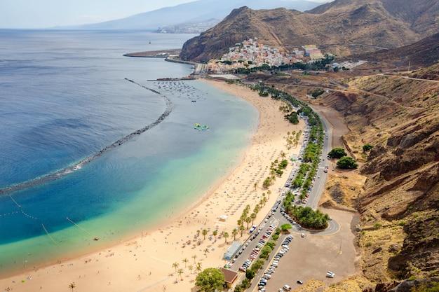 Luftaufnahme über berühmten strand von strand las teresitas, teneriffa, kanarische inseln, spanien.