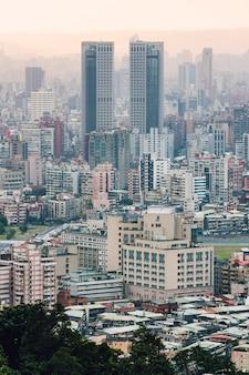 Luftaufnahme über im stadtzentrum gelegenem taipeh mit schichten berg