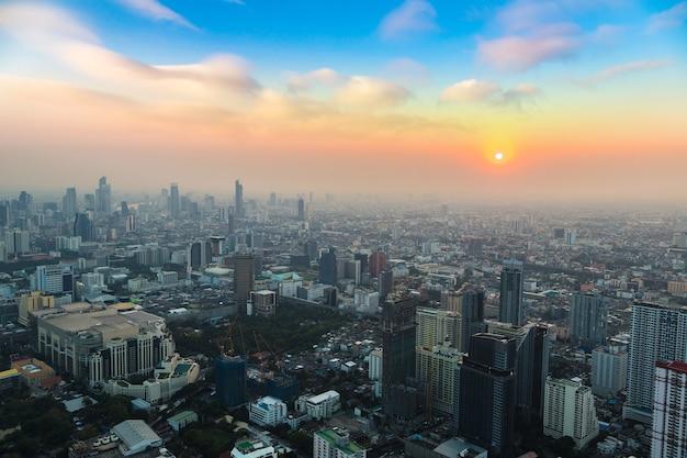 Luftaufnahme von bangkok bei sonnenuntergang