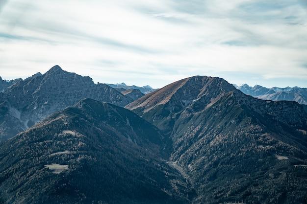 Luftaufnahme von bergen unter bewölktem himmel