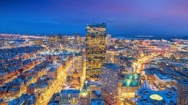 Luftaufnahme von boston in massachusetts, usa bei nacht im winter