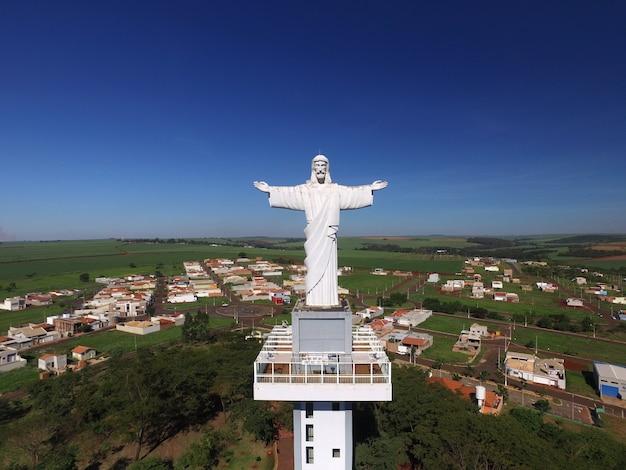 Luftaufnahme von christus dem erlöser in der stadt von sertaozinho, sao paulo, brasilien.