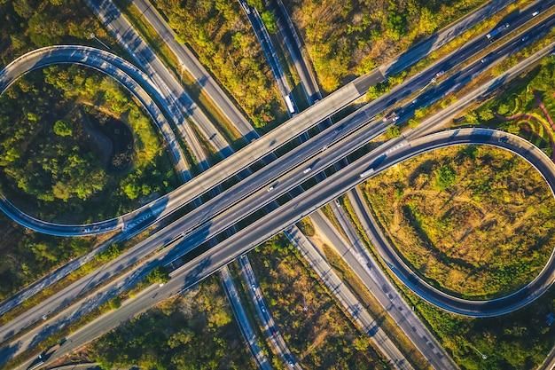 Luftaufnahme von der drohne der schnellstraßen-mehrfachlinsen, mittraphap-straße, nakhon ratchasima, thailand