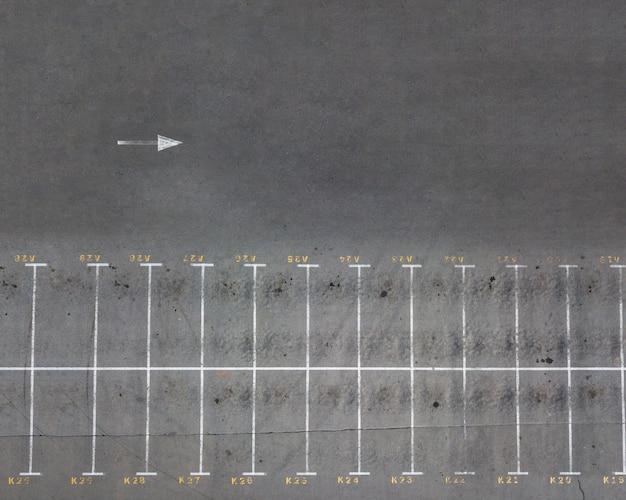 Luftaufnahme von der drohne eines leeren parkplatzes mit markierungen. draufsicht