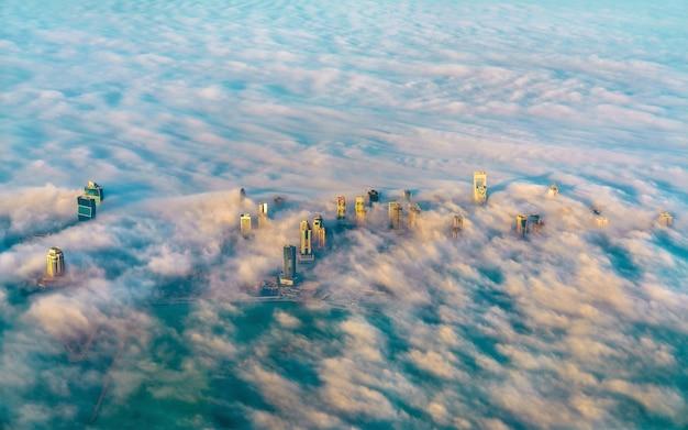 Luftaufnahme von doha durch den morgennebel, der hauptstadt von katar am persischen golf