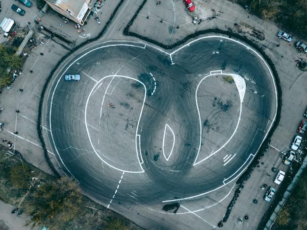 Luftaufnahme von drohne auf sportstrecke zum driften von autos